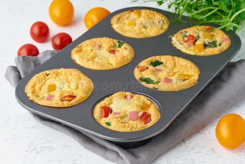 Omelet met tomaten en bacon, gebakken eieren met spinazie en broccoli, close-up, keto, ketogenic dieet royalty-vrije stock foto