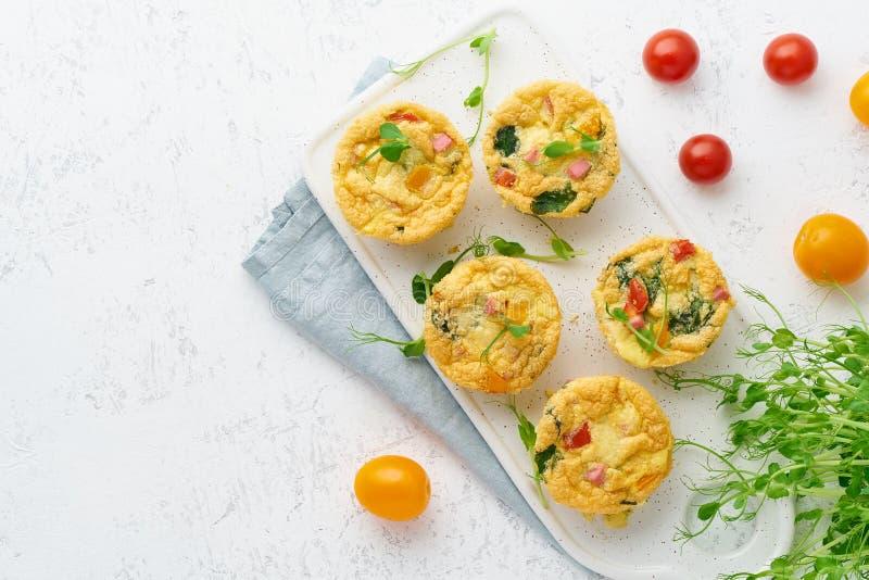 Omelet met tomaten en bacon, gebakken eieren met spinazie en broccoli, hoogste mening met exemplaarruimte, keto, ketogenic dieet royalty-vrije stock foto's