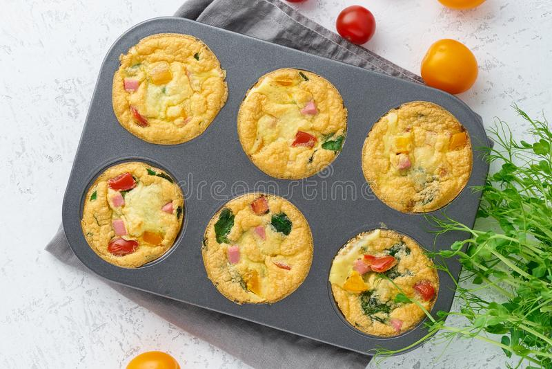 Omelet met tomaten en bacon, gebakken eieren met spinazie en broccoli, hoogste mening, keto, ketogenic dieet royalty-vrije stock foto