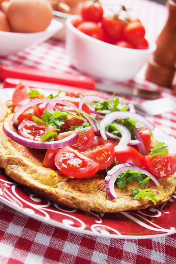 Omelet met tomatensalade stock foto's