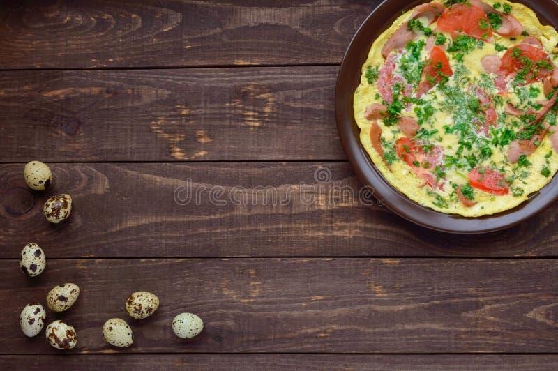 Omelet met worst en verse tomaten en kruiden royalty-vrije stock foto