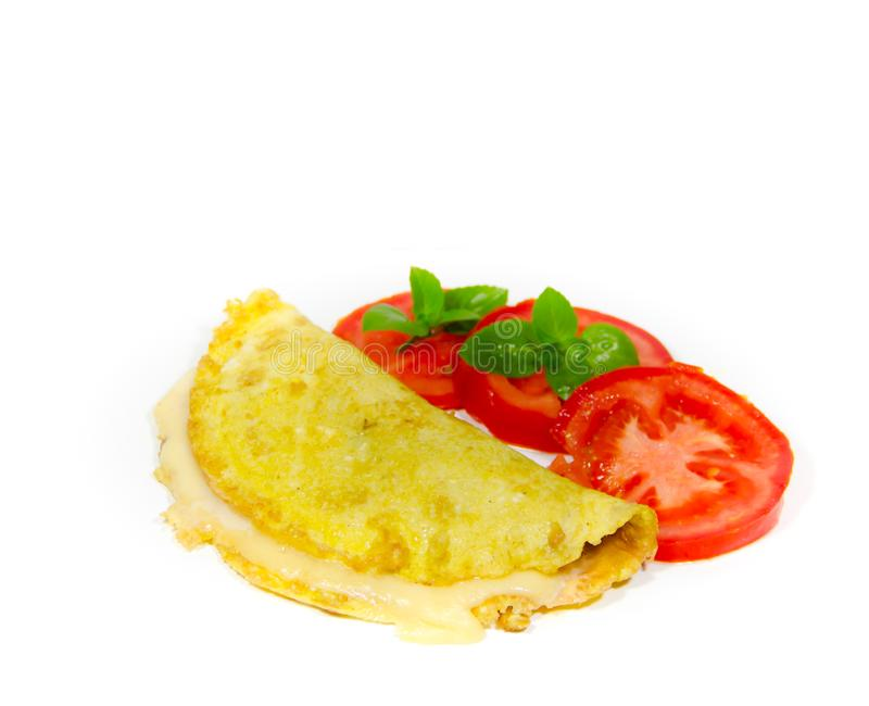 Omelet op witte achtergrond met gesneden tomaat en basilicum stock foto