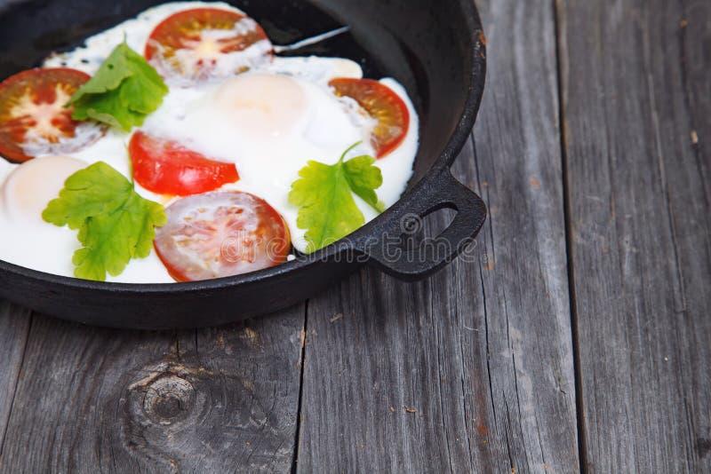 Omeleta caseiro em um frigideira Café da manhã dos ovos com tomate e pa fotografia de stock royalty free