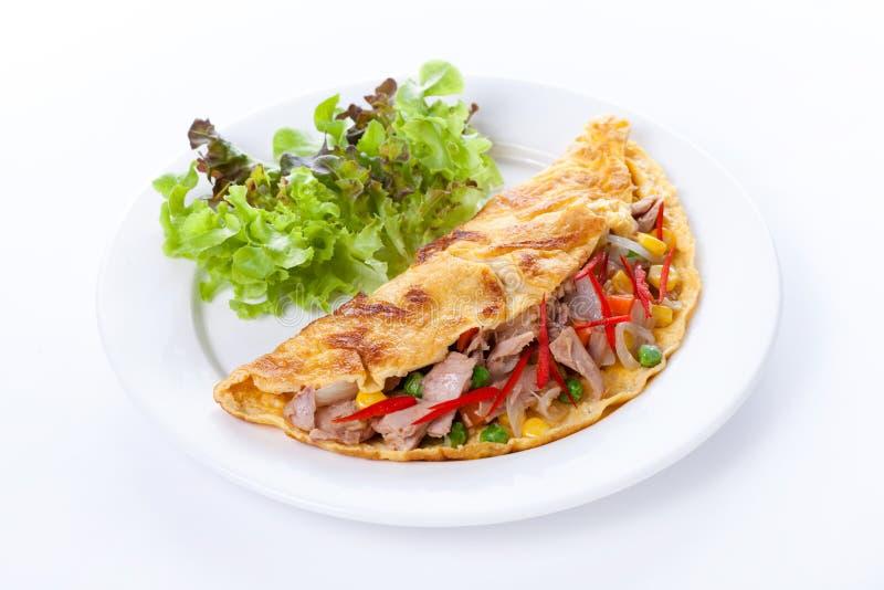 Omeleta com atum e vegetais fotografia de stock