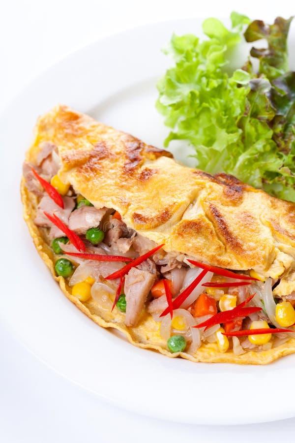 Omeleta com atum e vegetais fotos de stock royalty free