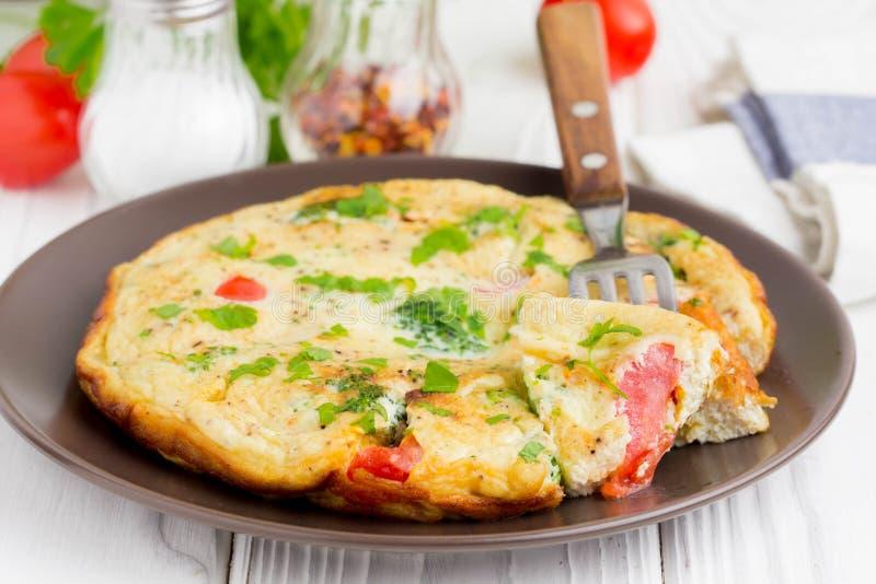 Omeleta com brócolis e tomate, café da manhã saudável delicioso, tr imagens de stock
