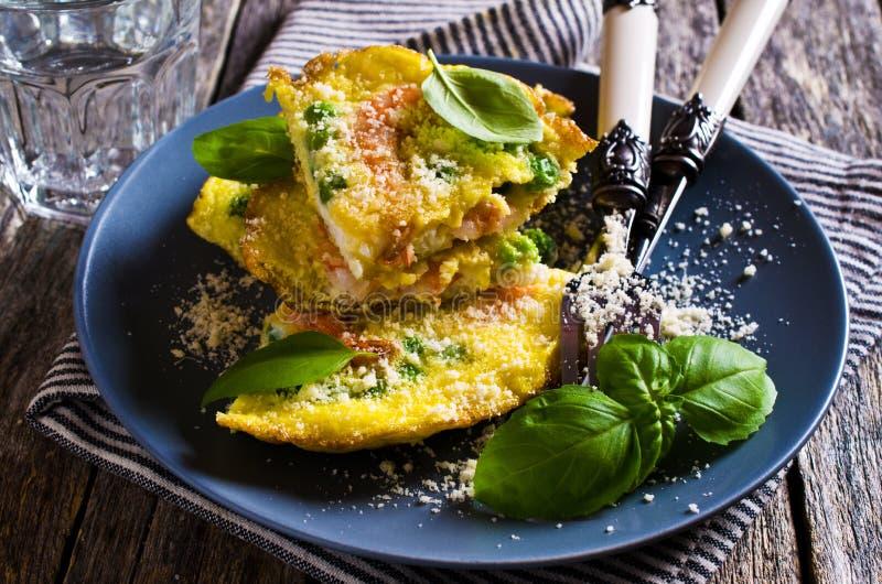 Omeleta com camarão e ervilhas foto de stock