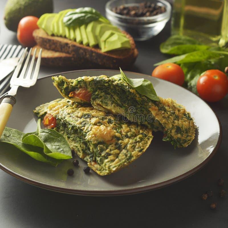 Omeleta com folhas dos espinafres A omeleta saudável para perde o peso Alimento saud?vel Imagem quadrada para meios sociais fotos de stock royalty free