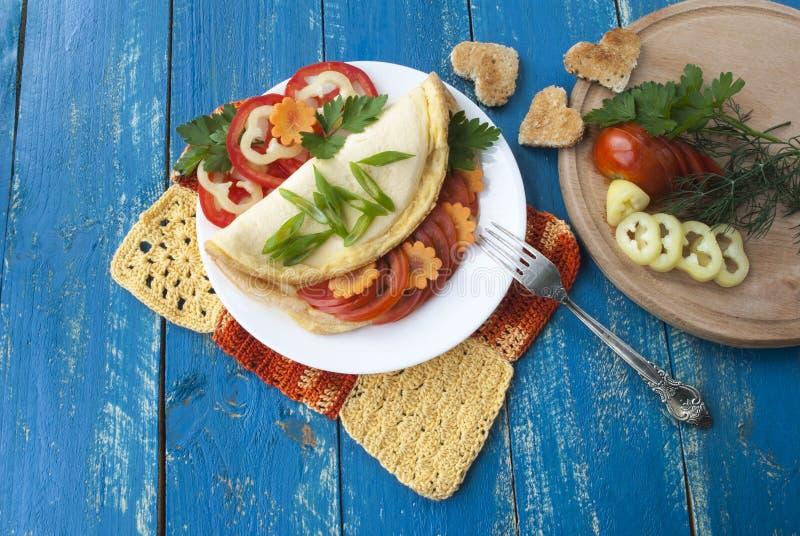 Omeleta com legumes frescos, alimento saboroso e saudável, tomates e pimenta imagens de stock royalty free