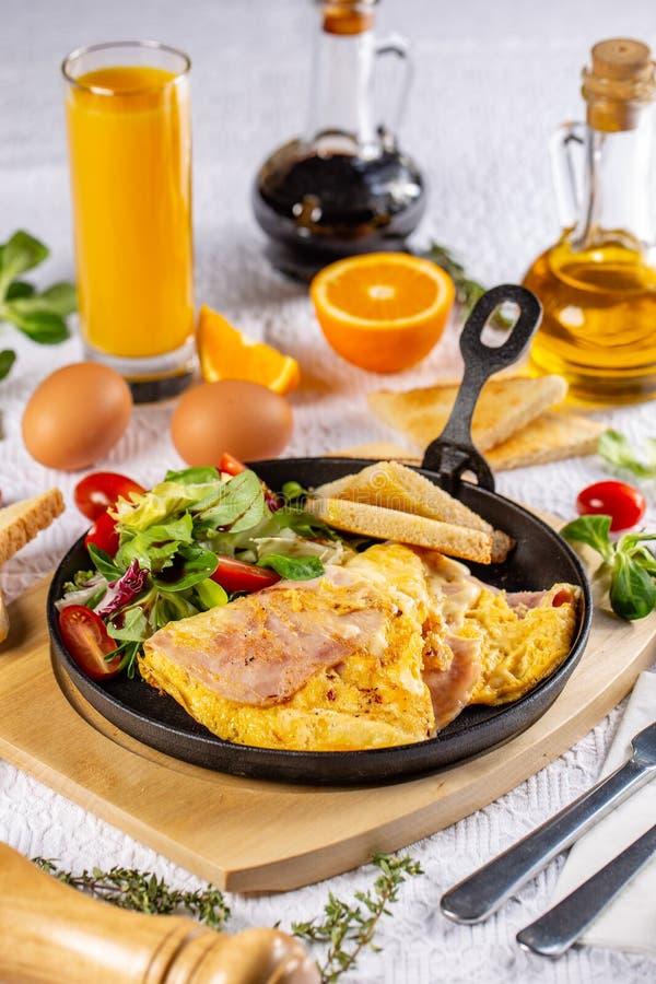 Omeleta com presunto fotografia de stock royalty free
