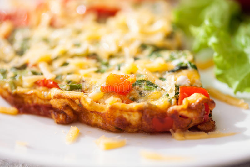Omeleta com salada vegetal imagens de stock royalty free