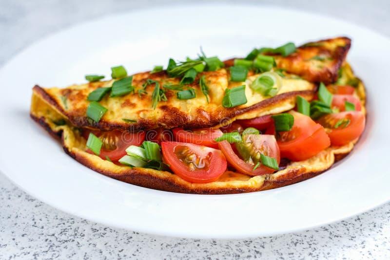 Omeleta com tomates de cereja, brindes com queijo creme e hortali?as imagens de stock