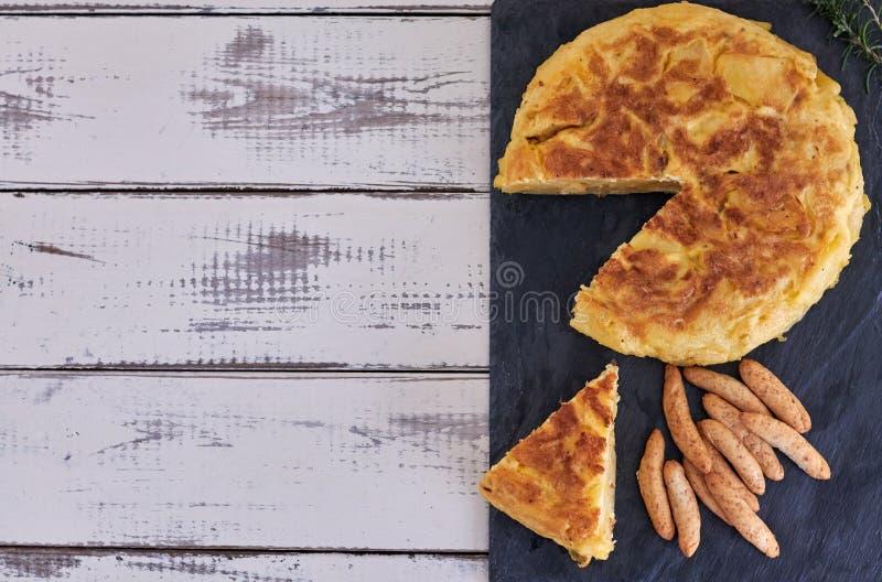 Omeleta com vara de pão e vidro de vinho fotografia de stock