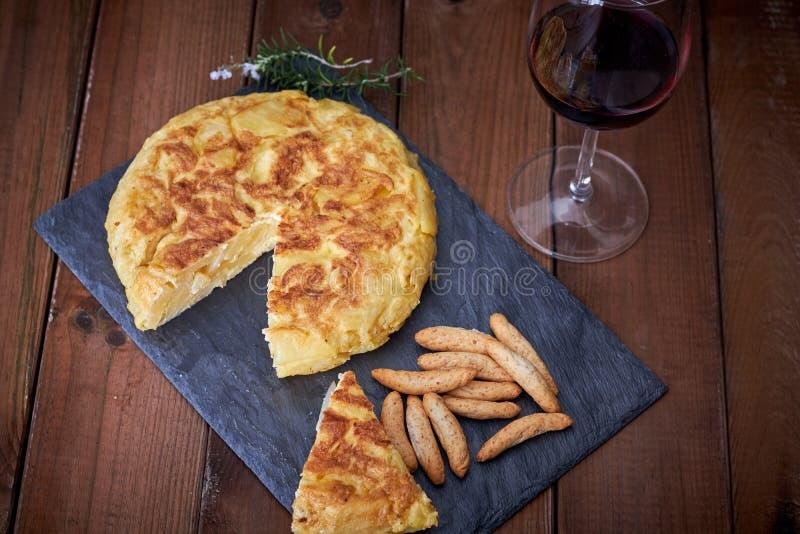 Omeleta com vara de pão e vidro de vinho imagens de stock