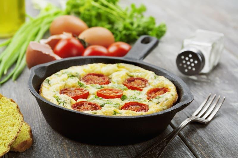 Omeleta com vegetais e queijo Frittata fotos de stock royalty free