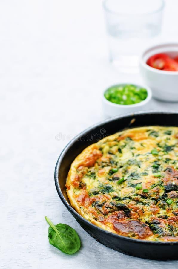Omeleta cozida com espinafres, aneto, salsa e as cebolas verdes fotos de stock royalty free