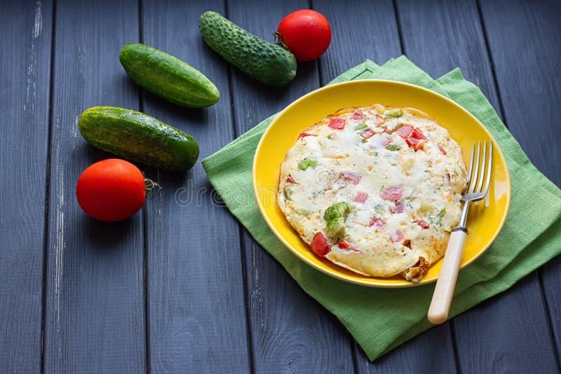 A omeleta da galinha eggs com queijo, os legumes frescos - pepino e o tomate foto de stock
