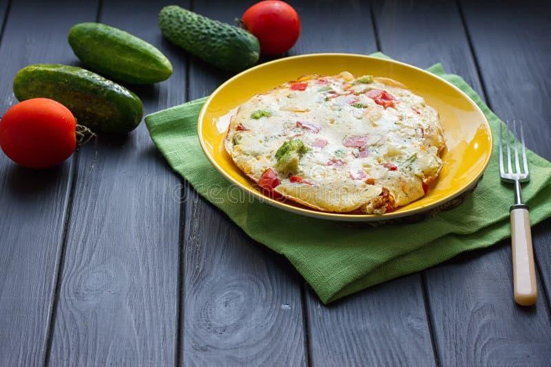 A omeleta da galinha eggs com queijo, os legumes frescos - pepino e o tomate imagem de stock