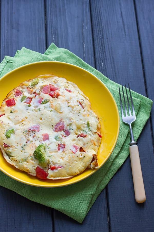 A omeleta da galinha eggs com queijo, os legumes frescos - pepino e o tomate imagens de stock royalty free