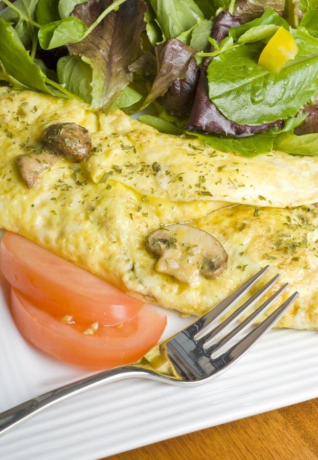 Omeleta do cogumelo com salada verde fotografia de stock royalty free