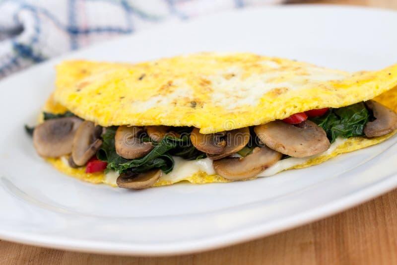 Omeleta dos espinafres do cogumelo imagens de stock royalty free