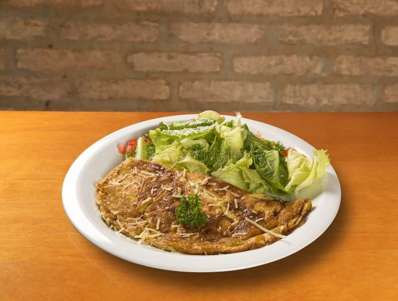 Omeleta e salada imagem de stock royalty free