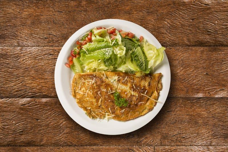 Omeleta e salada fotografia de stock royalty free