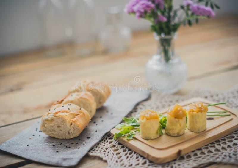 Omeleta espanhola com cebola caramelizada imagens de stock