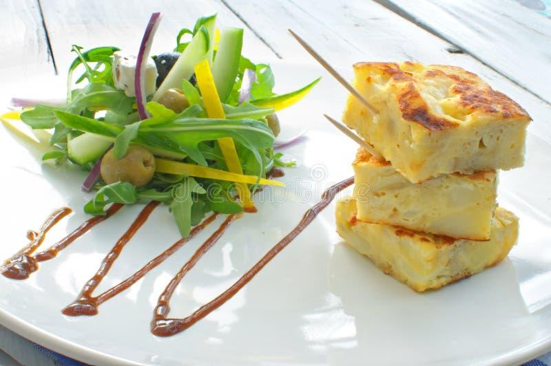 Omeleta espanhola com salada fotos de stock