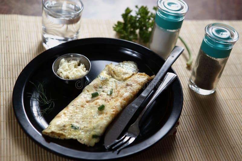 A omeleta francesa, omeleta francesa, ovos batidos fritou com manteiga fotografia de stock royalty free