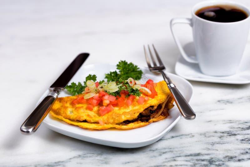 A omeleta fresca do ovo cobriu com vegetais e café para o café da manhã fotos de stock royalty free