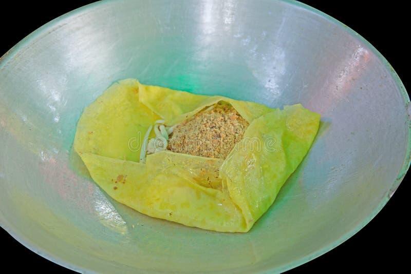 A omeleta friável enchida vietnamiana com amendoim e tofu foto de stock