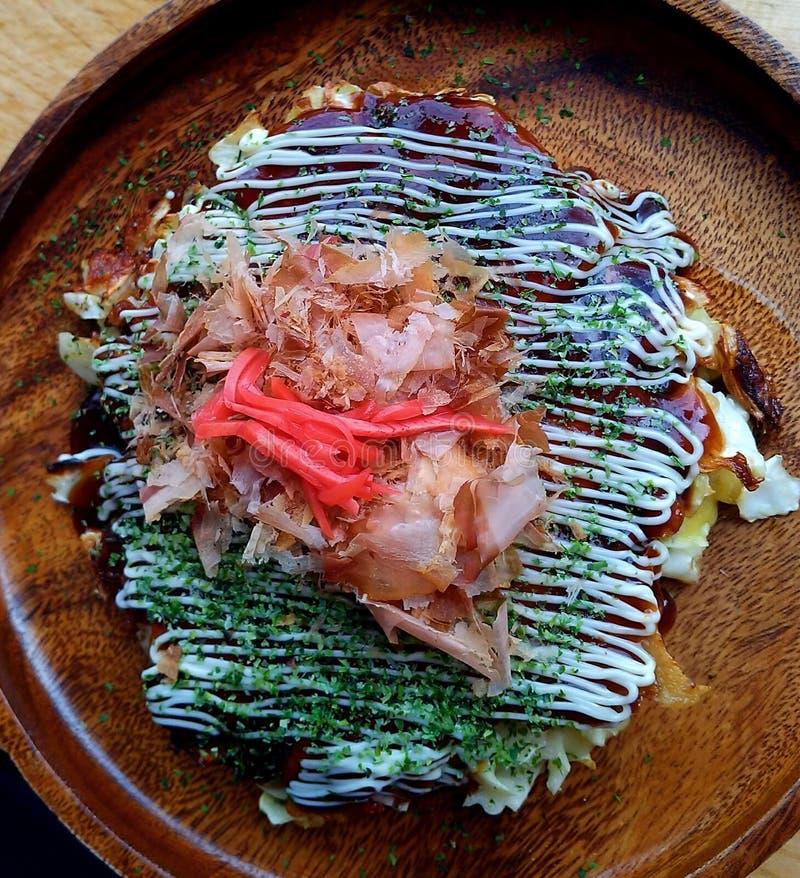 Omeleta japonesa de Okonomiyaki imagens de stock royalty free