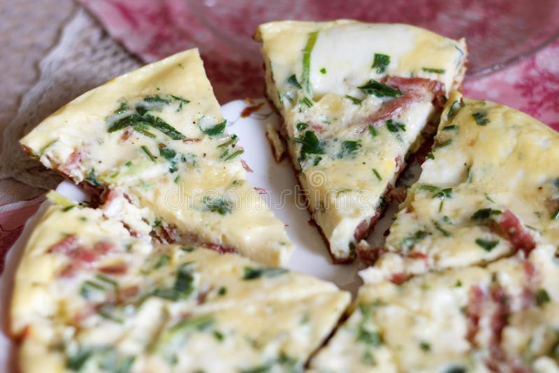 Omeleta magnífica saboroso com verdes e salsicha imagem de stock