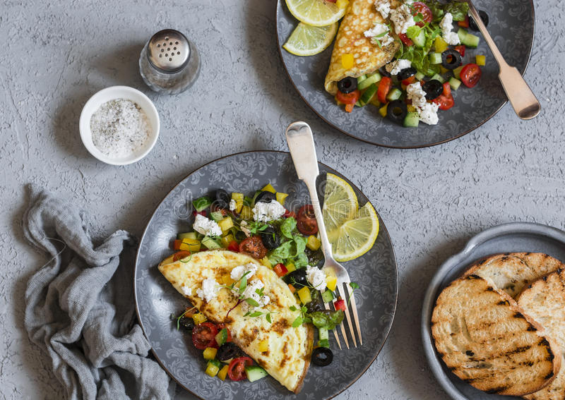 Omeleta mediterrânea em um fundo claro, vista superior do estilo Configuração lisa Conceito saudável do alimento imagens de stock royalty free