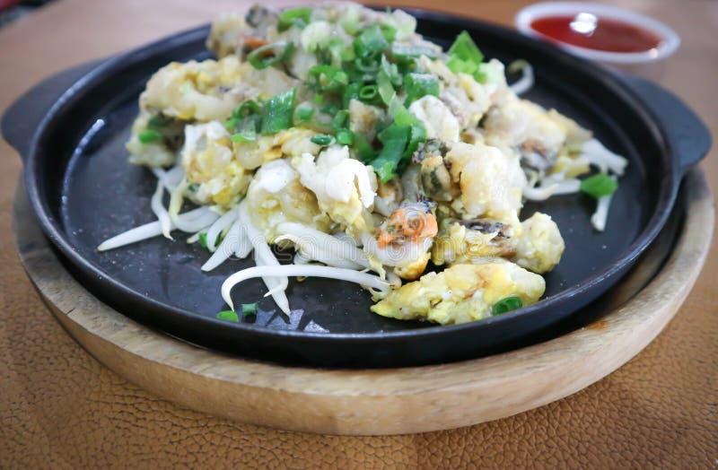 A omeleta ou a agitação da ostra fritaram a ostra com ovo e beansprout foto de stock