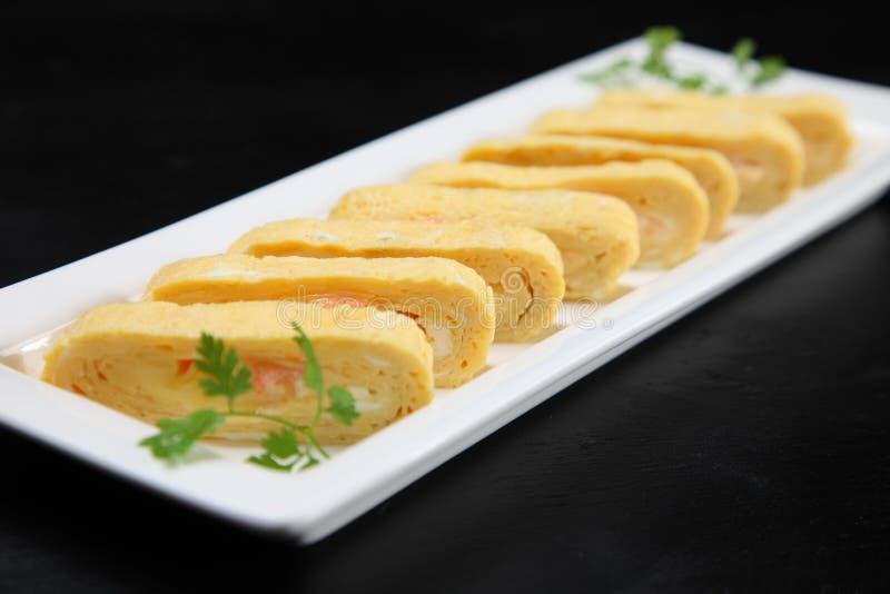 Omeleta rolada DASHIMAKI-TAMAGO do Japonês-estilo imagens de stock