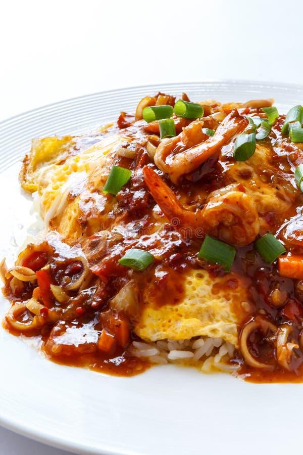 Omeleta tailandesa com molho ácido picante imagem de stock