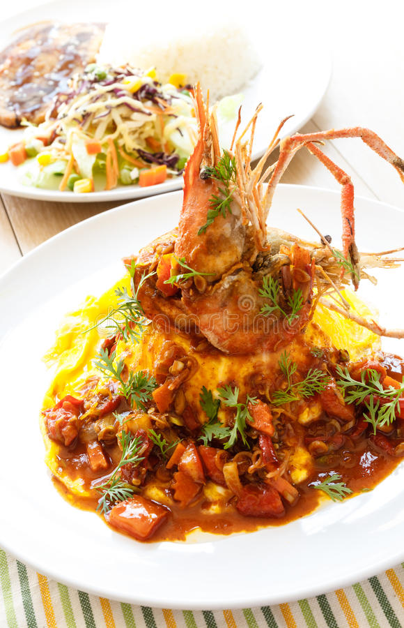 Omeleta tailandesa moderna do alimento com o camarão no molho ácido picante fotos de stock royalty free