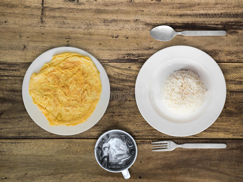 Omelete y comida simple tailandesa del arroz imágenes de archivo libres de regalías