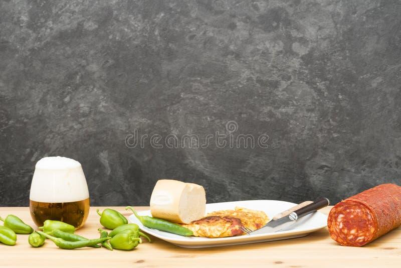 Omelett angefüllt mit Chorizo lizenzfreie stockbilder