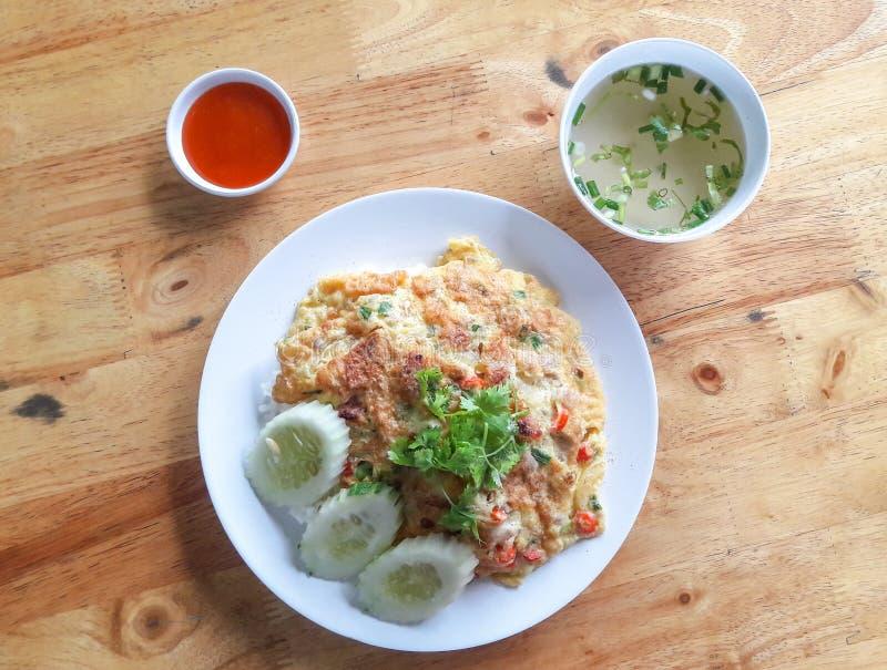 Omelett auf thailändischem Jasmine Rice mit Paprikasoße und -suppe lizenzfreie stockfotos