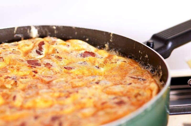Omelett in einer Wanne lizenzfreie stockbilder
