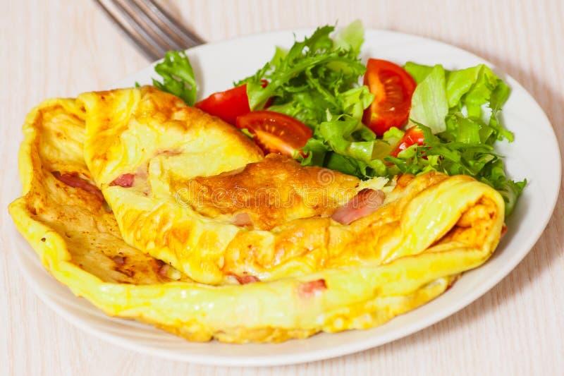 Omelett med bacon och sallad royaltyfria bilder