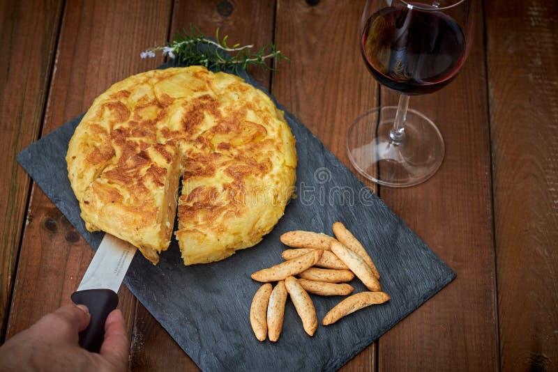 Omelett med brödpinnen och vinexponeringsglas arkivbild