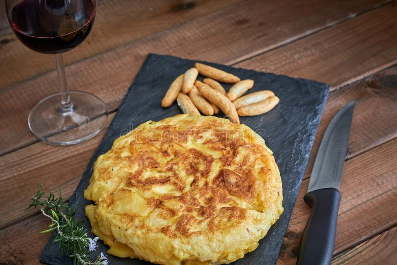 Omelett med brödpinnen och vinexponeringsglas fotografering för bildbyråer