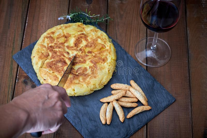Omelett med brödpinnen och vinexponeringsglas royaltyfri foto
