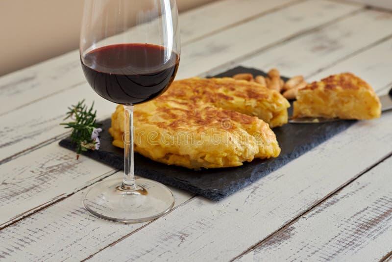 Omelett med brödpinnen och vinexponeringsglas arkivfoto