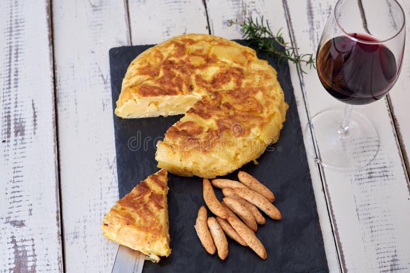 Omelett med brödpinnen och vinexponeringsglas royaltyfri bild