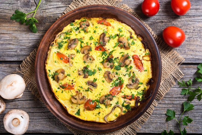 Omelett med champinjonen arkivbilder